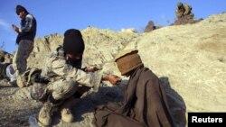 یو افغان سرباز نیول شوي وسله وال طاب ته اوبه ورکوي