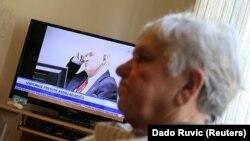 Vasva Smajlović, koja je izgubila muža, ćerku i više od 30 članova familije, gleda izricanje prvostepene presude Ratku Mladiću u Haškom tribunalu, Potočari, BiH, novembar 2017.