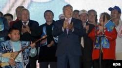 Нурсултан Назарбаев и члены его партии «Нур Отан» отмечают победу после выборов в мажилис. Астана, август 2007 года.