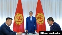 Qirg'iziston va Chexiya vakillari Norin GES kaskadlarini qurish bo'yicha shartnomani prezident Atambaev ishtirokida imzolamoqda.