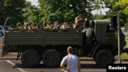 Вантажівка з озброєними проросійськими бойовиками заїжджає на територію Донецького аеропорту, 26 травня 2014 року