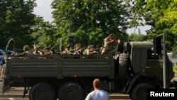 Грузовик с вооруженными пророссийскими боевиками заезжает на территорию Донецкого аэропорта, 26 мая 2014 года