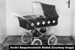В этой детской коляске скрыта мощная по тем временам видеокамера