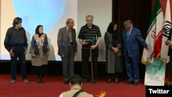 بهاءالدین خرمشاهی هنگام دریافت جایزه افشین یداللهی