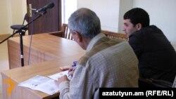 Նշան Ասատրյանը (աջից) դատարանի դահլիճում: