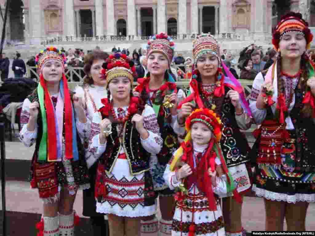 Дитячий фольклорний гурт «Малі бойки» з Івано-Франківська співав на площі Святого Петра різдвяні колядки.