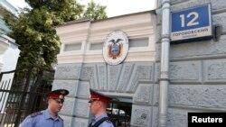 Polițiști ruși în fața ambasadei Ecuadorului, la Moscova