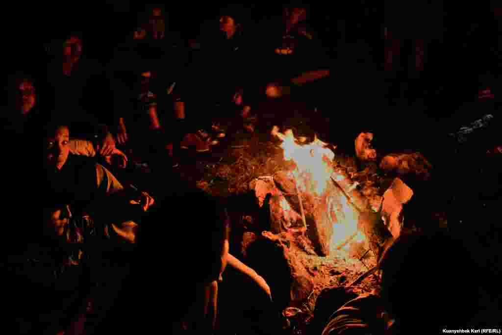 Школьники из Текели, которые вместе с краеведом совершают пеший маршрут к водопаду, сидят у костра. Дорога к Бурханбулаку у них с ночевкой. В обратный путь они собираются отправиться после двух ночей у водопада.