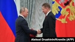 "Владимир Путин (слева) и глава ""Газпрома"" Алексей Миллер"