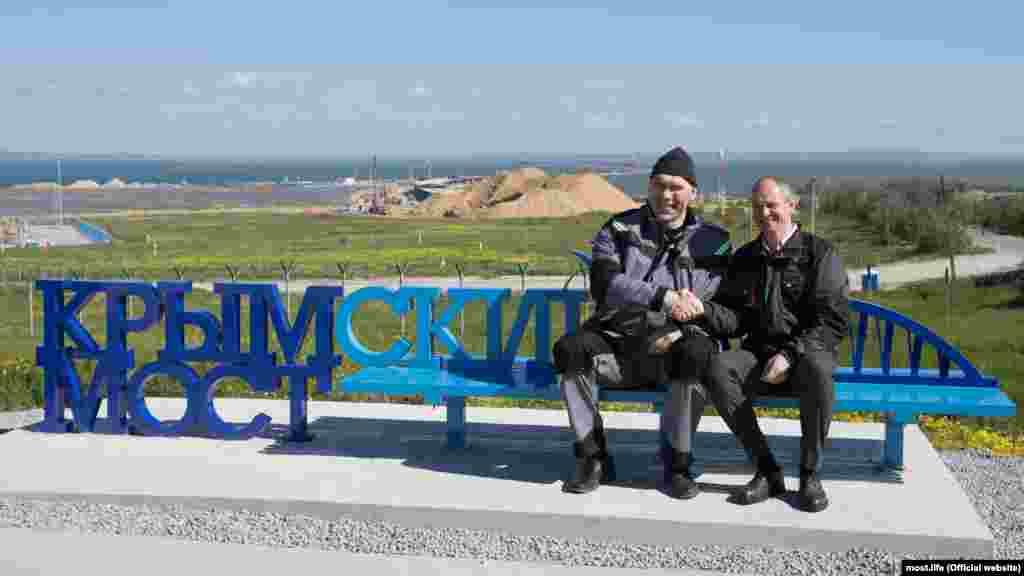 Rusiyeniñ Taman yarımadasındaki manzara meydançığında Devlet dumasınıñ deputatı, eski boksçı Nikolay Valuyev Qırım köprüsiniñ resmiy işareti ile skemle açtı, 2017 senesi mayısnıñ 19-ı