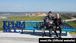 Скамейка с видом на Крым в Тамани