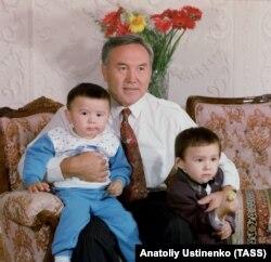 Nursoltan Nazarbaýew agtyklary Aýsultan (çepde) hem Altaý bilen. 1992-nji ýyl.