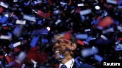 Переизбранного президента США Барака Обаму засыпают конфетти после речи победителя. Чикаго, 6 ноября 2012 года.