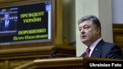 Украина президенті Петр Порошенко парламентте сөйлеп тұр. Киев, 4 маусым 2015 жыл.