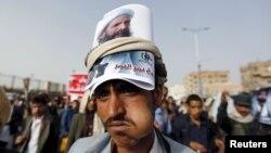 Йеменский хусит с портретом ан-Нимра на демонстрации против вынесения ему смертного приговора. Сана, 18 мая 2015 года.