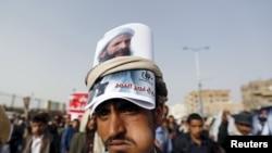 Йеменские хуситы с портретом ан-Нимра на демонстрации против вынесения ему смертного приговора (Сана, 18 мая 2015 года)