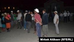 Милиция менен кагылышуудан кийин топтолуп тургандар. Таластын Көк-Сай айылы, 29-июль, 2013.