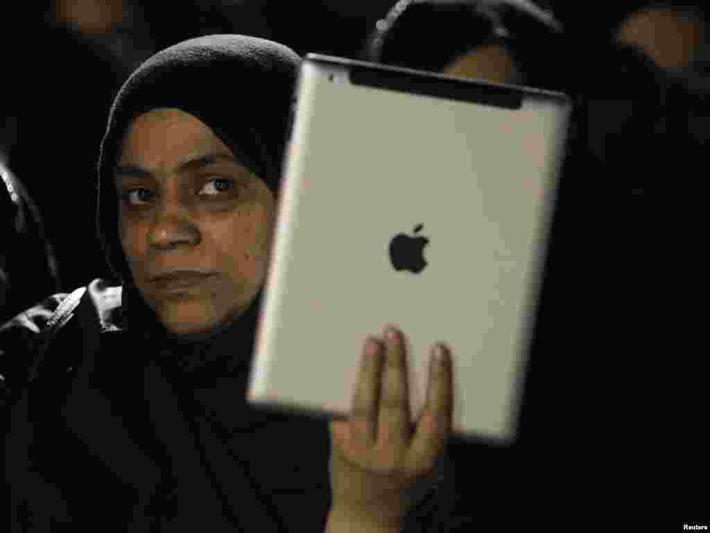 Участники митингов вели активное освещение акций протеста в сети, 12 января 2012.