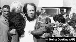 Высланный из СССР писатель Александр Солженицын встречает жену и сыновей в Цюрихе