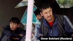 مردم از پشت شیشههای شکسته به محل انفجار نگاه میکنند