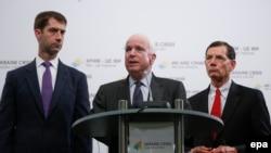 Сенатор Джон Маккейн (у центрі) та його колеги Том Коттон та Джон Баррассо дають прес-конференцію в Києві, 20 червня 2015 року