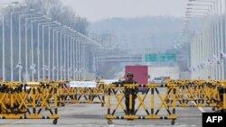 Штучні бар'єри на шляху з Південної Кореї до розташованої на території КНДР промзони Кесон, 24 квітня 2013 року