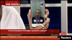 Президент Турции Реджеп Эрдоган обращается к народу по телефону. 16 июля 2016 года.