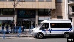 Полицейский микроавтобус перед зданием телеканала TV5Monde, 9 апреля 2015 года.