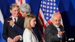 (Soldan) Britaniyanın xarici işlər naziri Philip Hammond, ABŞ Dövlət katibi John Kerry, AB-dən Federica Mogherini və İranın xarici işlər naziri Mohammad Javad Zarif
