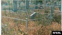 Вот так выглядит разграбленная могила на центральном кладбище. Тараз, сентябрь 2008 года.