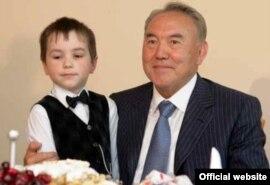 Қазақстан президенті Нұрсұлтан Назарбаев пен бейтаныс бала. Сурет президент Назарбаевтың ресми сайтынан алынған.