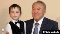 Президент Казахстана Нурсултан Назарбаев с неизвестным мальчиком. Фото с официального сайта президента Назарбаева.