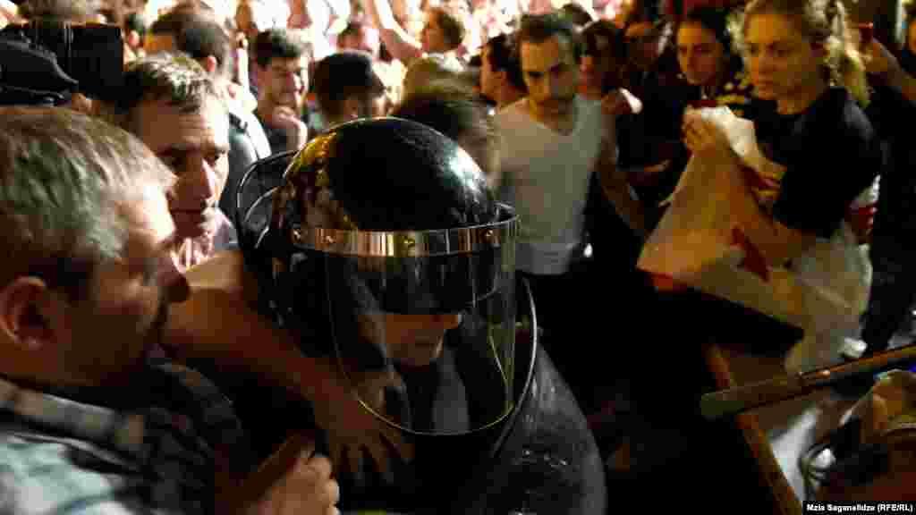 Украинада жүрген саясаткер Михаил Саакашвили наразыларды қолдап, полицияны халық жағына шығуға шақырды.