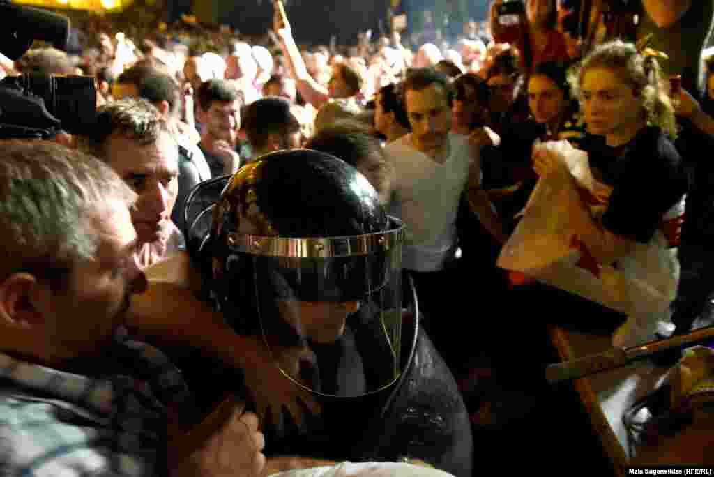 """Вподдержку протестующих выступил Михаил Саакашвили, который призвалполицию """"перейти насторону народа"""""""