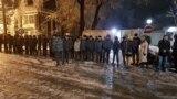 Бишкектеги УКМК имаратынын алдында оппозициячыл депутат Өмүрбек Текебаевдин тарапкерлери топтолуп, күч органдары да жыш тизилип турат.