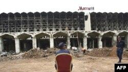 Перед сгоревшим отелем