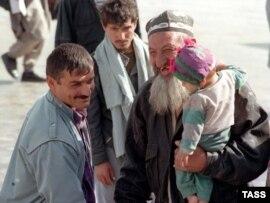 Азамат соғысы кезінде Ауғаныстанды паналаған тәжік босындары бейбіт өмір орнаған соң Отандарына оралды. 21 қазан 1997 жыл.