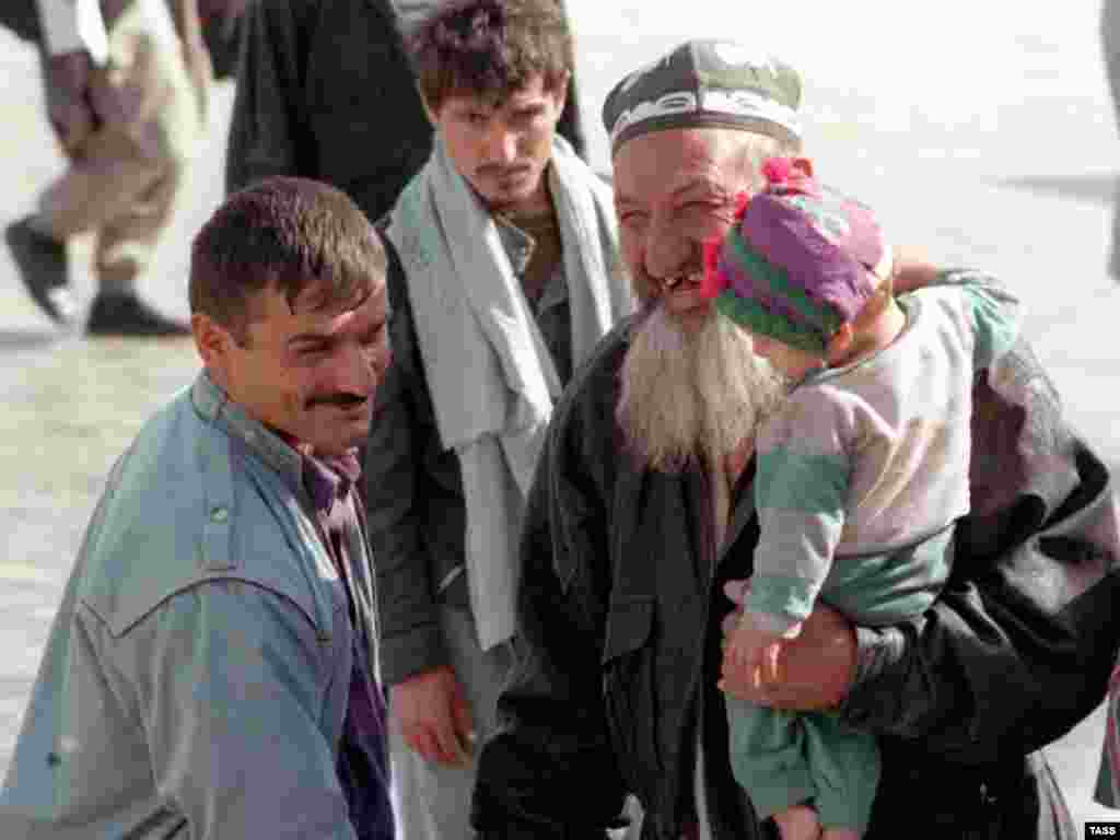 Refugees returning to Dushanbe in 1997 (TASS)