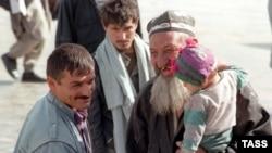Беженцы-таджики возвращаются из Афганистана домой по окончании гражданской войны. 21 октября 1997 года.
