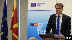 Еврокомесарот Самуел Жбогар на прес конференција во седиштето на ЕУ во Скопје.
