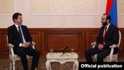 Председатель Национального собрания Армении Арарат Мирзоян (справа) и посол Франции в Армении Жонатан Лакот, Ереван, 15 февраля 2019 г.