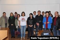 Сторонники и коллеги оппозиционного журналиста Гузяль Байдалиновой на оглашении обвинительного приговора в отношении нее. Алматы, 23 мая 2016 года.