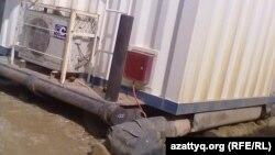 Жетібайдағы базада адам өмірі үшін қауіпті тоқ көздері канализациямен қатар орналасқан. Маңғыстау облысы, 5 мамыр 2014 жыл.