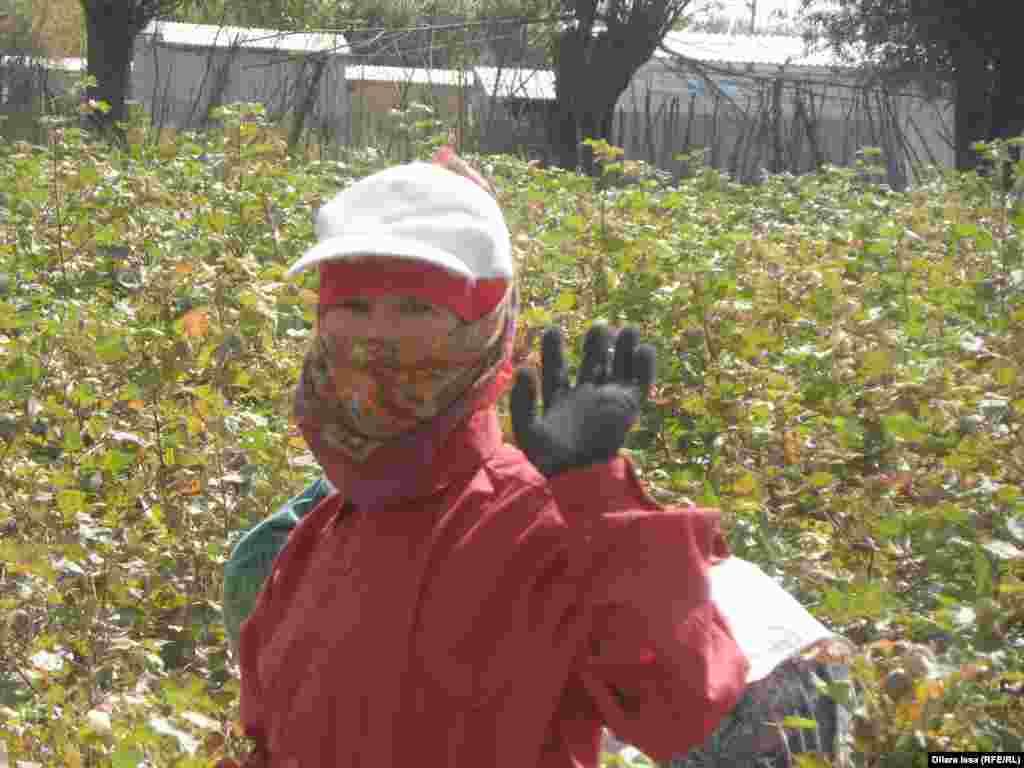 Женщина, назвавшаяся Наргизой, рассказала, что оставила в Узбекистане двух своих детей со свекровью, а сама вместе с односельчанами приехала на заработки в Казахстан.