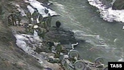 Наблюдатели называют происходящее в Дагестане вялотекущей войной. 16 декабря 2003 года: машина с телом пограничника, которая была сброшена в ущелье боевиками, прорвавшимися в Дагестан из Чечни