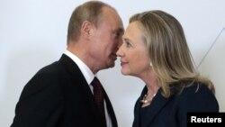 Presidenti rus, Vladimir Putin gjatë një takimi me ish Sekretaren amerikane të shtetit, Hillary Clinton (Arkiv)