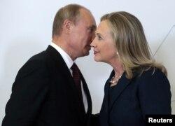 Rusiya prezidenti Vladimir Putin ABŞ Dövlət katibi Hillary Clintonla görüş zamanı (Vladivostok 8 sentyabr 2012)