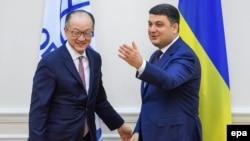 Премьер-министр Украины Владимир Гройсман (справа) и президент Всемирного банка Джим Йонг Ким в Киеве, ноябрь 2017 года