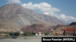 Дорога в горах Кыргызстана, вдоль трассы практически нет предвыборных агитационных материалов. 26 сентября 2015 года.