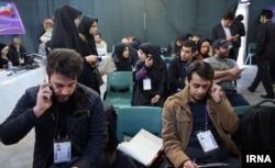 خبرنگاران در یکی از مراکز نامنویسی